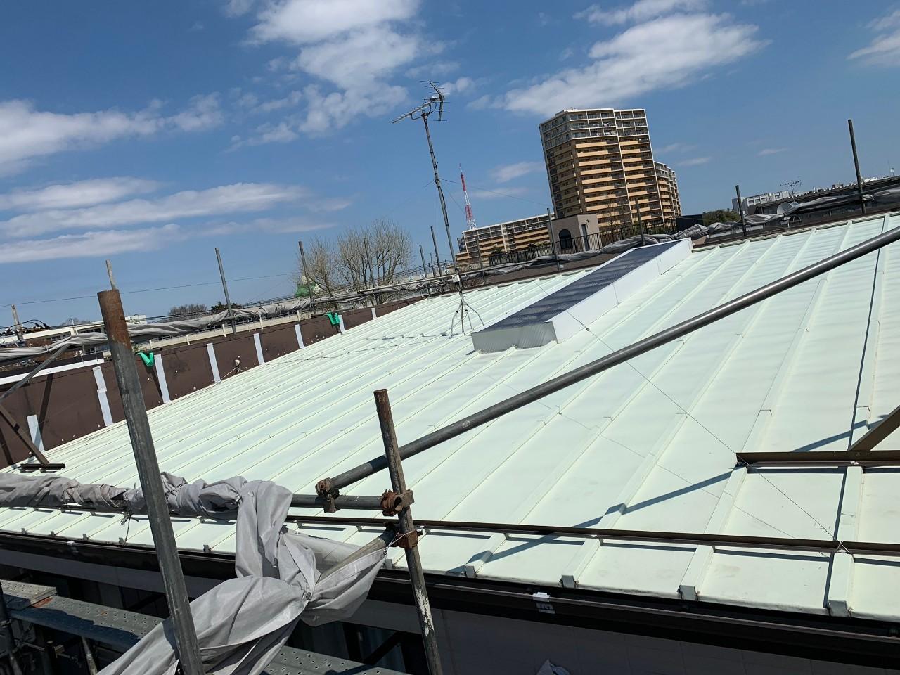 片流れの瓦棒葺き屋根です。